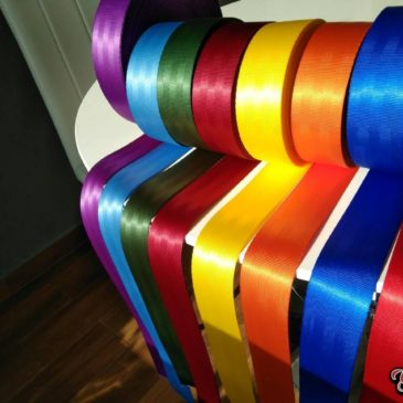 Colored seat belts.